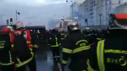 Scontri tra polizia e vigili del fuoco a Parigi durante una manifestazione