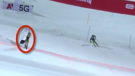 In costume sulla neve: Kinsey Wolanski con un cartello per Kobe Bryant durante lo slalom