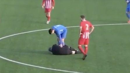 """L'arbitro viene """"abbattuto"""" da un calciatore pochi secondi dopo l'inizio della partita"""