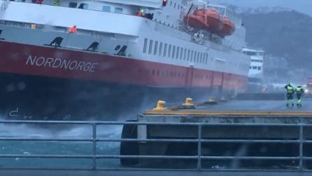Il traghetto si schianta contro il molo: la forza del vento è impressionante