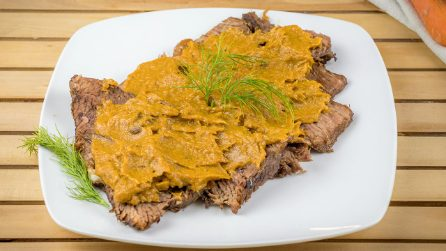 Veal roast with veggie sauce: how to make a tender and delicious meat!