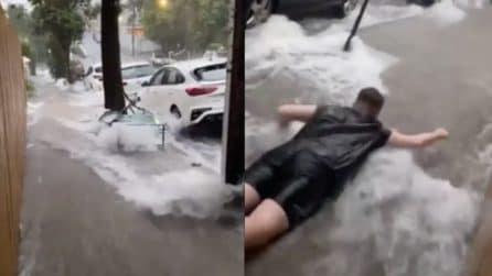 Nubifragio a Sydney, qualcuno decide di nuotare in strada