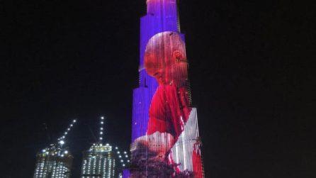 Tributo a Kobe Bryant, la torre più alta del mondo si illumina per lui: la foto con la figlia