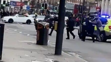 Londra, sospetto terrorista ucciso dalla polizia dopo aver accoltellato alcune persone