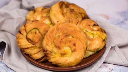 Girelle di pane alle cipolle: fritte o al forno, saranno deliziose!