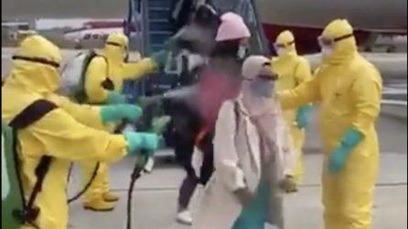 """Coronavirus, passeggeri tornano a casa e vengono """"disinfettati"""" dopo essere scesi dall'aereo"""