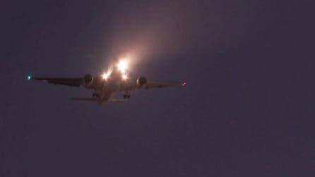 Madrid, l'aereo è senza una ruota: l'atterraggio d'emergenza da brividi
