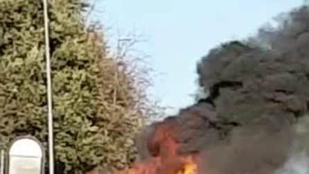Bracciano, incendio sul Cotral a pochi metri da una scuola: carabinieri sul posto