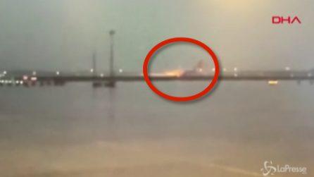 Istanbul, aereo si spezza in più parti: il momento in cui atterra