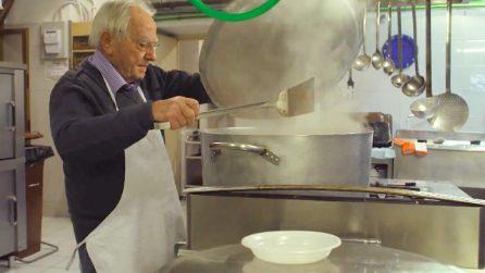 """Dino, lo """"chef dei poveri"""": a 90 anni cucina per i senzatetto e restituisce loro il sorriso"""