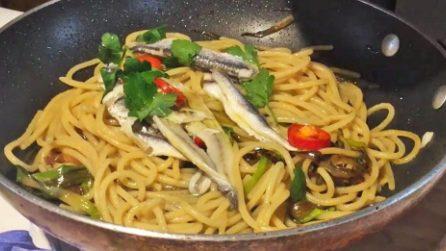 Spaghetti con alici e cipollotti: la ricetta del primo piatto veloce e saporito