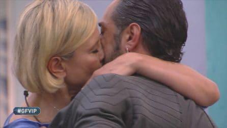 Antonella Elia e Pietro si perdonano con un bacio da record