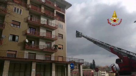 Avellino, incendio in una palazzina del centro: pompieri salvano una donna dalle fiamme