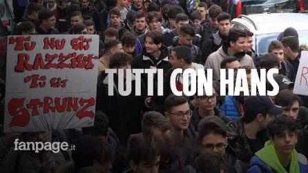 """Napoli, studenti in piazza per Hans, insultato e picchiato: """"Per sempre contro questi razzisti"""""""