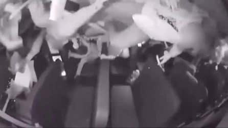 Spaventoso incidente per uno scuolabus: i ragazzi vengono sbalzati via dai loro posti