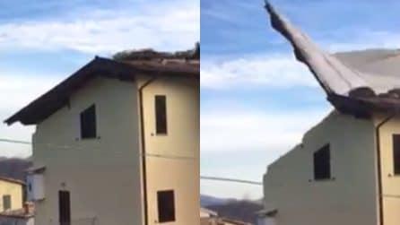 Raffiche di vento fortissime in Abruzzo: il tetto di una casa vola via