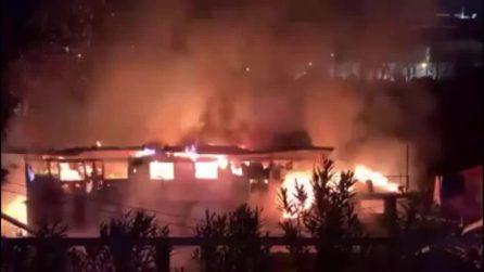 Roma, incendio sul Tevere: distrutto il barcone del Circolo Canottieri Ondina
