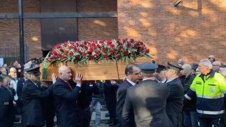 Treno deragliato, a Pioltello il funerale di Mario Dicuonzo: lungo applauso all'uscita della bara