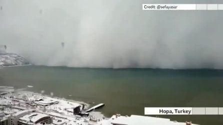 La tormenta di neve si avvicina e in pochi secondi copre tutta la città