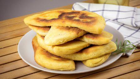 Calzoni in padella ripieni di patate: ideali per una cena veloce e saporita!