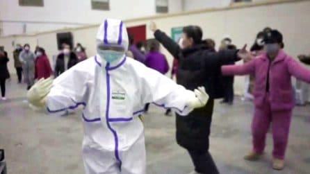 L'emozionante danza di medici e pazienti affetti da Coronavirus: uniti per sconfiggere la malattia