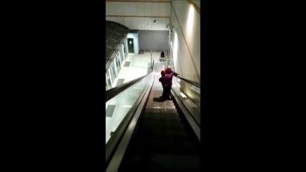 Alla metro di Torino uomo porta la figlia disabile in braccio perché l'ascensore non funziona