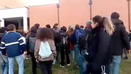 Foibe, tensioni a Torino: calci e pugni tra polizia e antagonisti