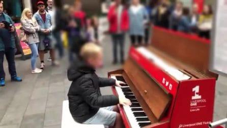 Un talento naturale: il ragazzino di 12 anni suona il piano in strada e incanta tutti