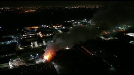 Incendio in azienda di rifiuti ad Acerra: le immagini del drone