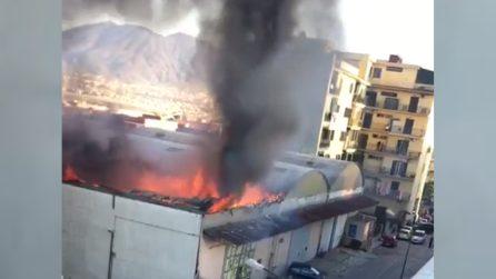 Incendio in un capannone industriale, crolla il tetto: grande paura nel napoletano