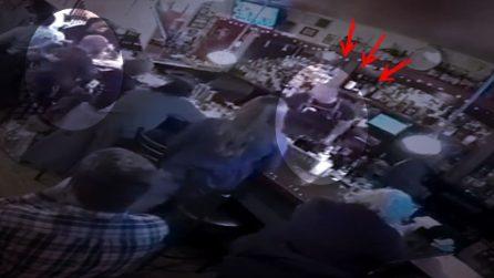 Non riesce più a respirare e nessuno sa cosa fare: barista salva il cliente da soffocamento