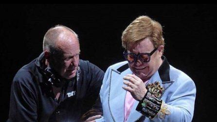 """Elton John perde la voce durante il concerto e scoppia in lacrime: """"Scusatemi"""""""