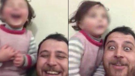 Siria, arrivano i bombardamenti: il papà inventa un gioco per non far spaventare la figlia