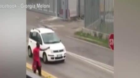 Mantova, uomo armato di ascia ferisce un passante e si avventa sui carabinieri: arrestato