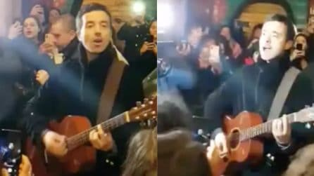 Diodato canta in strada tra i fan: il mini concerto a sorpresa