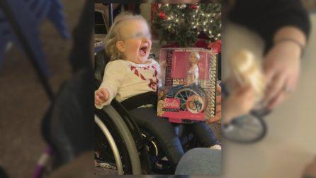 È sulla sedia a rotelle dalla nascita: la piccola di 2 anni riceve una bambola davvero speciale