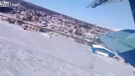 Il passeggero dell'aereo filma l'incidente dall'interno: il velivolo perde quota e precipita