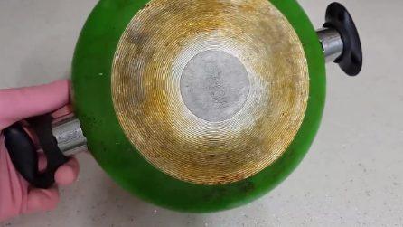 Come pulire il fondo bruciato delle padelle: vi basterà un solo ingrediente
