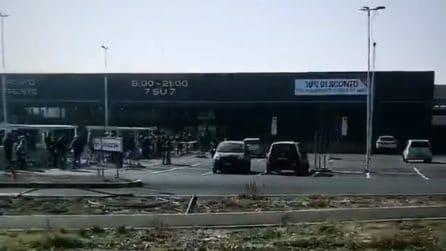 Codogno, gente in fila per entrare al supermercato: la polizia regola gli ingressi