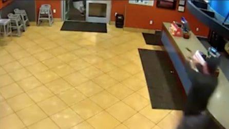 Rapinatore entra nel fast food e minaccia cameriera: l'intervento di una coppia