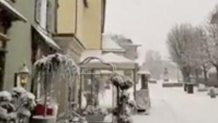 La neve ricopre tutto di bianco: il paesaggio è incantevole