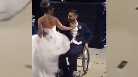 Lo sposo è costretto sulla sedia a rotelle ma non rinuncia al primo ballo: la scena è commovente