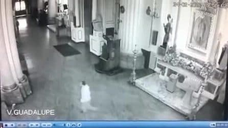 Non arriva il miracolo richiesto: uomo entra in Chiesa e distrugge a sassate la statua della Madonna