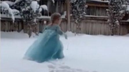 Scende la neve e la bimba diventa Elsa di Frozen: tutti pazzi per la piccola