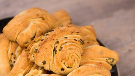 Sfogliatelle salate all'aglio: ideali per accompagnare ogni tipo di piatto!