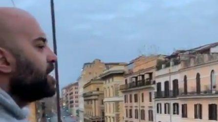 Giuliano Sangiorgi canta la chitarra: si affaccia sul balcone e alla fine riceve l'applauso di tutti