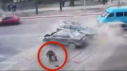 Spaventoso scontro in strada: due donne sbalzate fuori dall'auto
