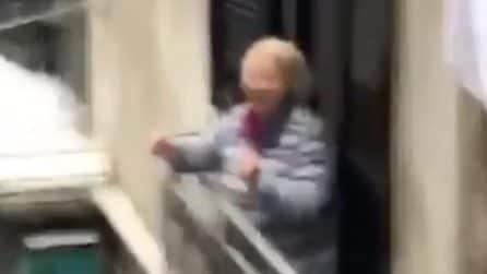 Coronavirus, musica da discoteca risuona nei vicoli del centro: anziana balla e si scatena sul balcone