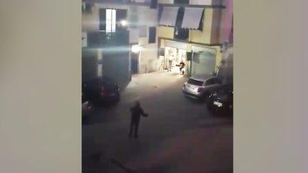 Al centro del cortile canta 'Nessun Dorma' per i suoi vicini: la fantastica esibizione nel napoletano