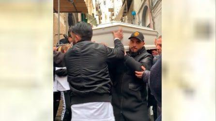 Quartieri Spagnoli, arriva il feretro di Ugo Russo, il 15enne ucciso da Carabiniere durante rapina